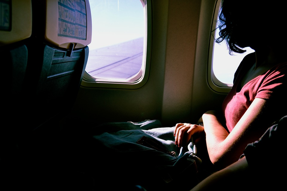 Jeune femme qui voyage confortablement en avion