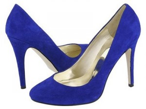 Une paire de chaussures en daim pour femmes