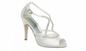 Adaptez la hauteur de talons de vos chaussures de mariée à votre robe, certes, mais aussi à vos habitudes ! Crédit photo : http://www.couturenuptiale.com
